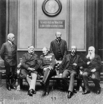 Ο Γιούλιους Μπράατζ φωτογράφισε μέλη της κοινοβουλευτικής ομάδας του Γερμανικού Συντηρητικού Κόμματος στο φουαγιέ του Ράιχσταγ. Από αριστερά προς τα δεξιά: Ότο φον Σεινεβιτζ, Χέλμουτ φον Μόλτκε, κόμης Κόνραντ φον Κλάιστ-Σμέντσιν, Ότο φον Χέλντορφ-Μπέντρα και Καρλ Άκερμαν