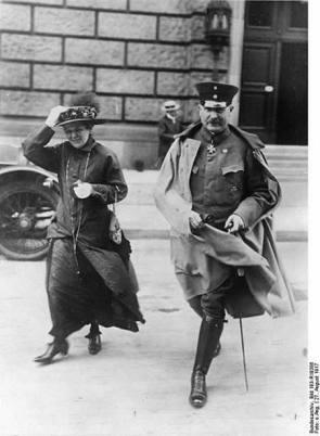Ο Γκρένερ έπεισε τον Κάιζερ Γουλιέλμο να παραιτηθεί, και πρωτοστάτησε στην συμμαχία με το MSPD του Έμπερτ, για να διασφαλιστεί ότι δεν θα άλλαζε το οικονομικο-κοινωνικό σύστημα στην Γερμανία, όπως άλλωστε είχε ζητήσει και ο Γουλιέλμος στο μήνυμα για την παραίτησή τους από τον θρόνο..